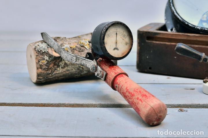 Antigüedades: ANTIGUO VOLTIMETRO COMPROBADOR BATERIAS CON MANGO E INDICADOR - AMPERIMETRO ELECTRICO - Foto 2 - 100024811