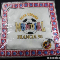 Antigüedades: FUNDA DE COJIN AUPA ESPAÑA DEL MUNDIAL DE FUTBOL DE FRANCIA 98 + 2 SELLOS FRANCE 98 NUEVOS DE REGALO. Lote 100424679