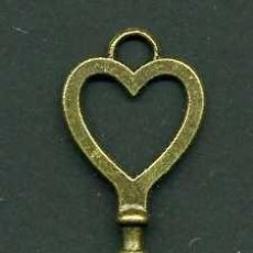 Antigüedades: LLAVE VINTAGE DE BRONCE - MIDE 8,2 X 2,2 CENTIMETROS Y PESA 6,64 GRAMOS - ( CORAZON )Nº40. Lote 100448699