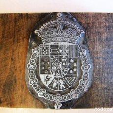 Antigüedades: SELLO DE IMPRENTA EN MADERA Y METAL IMAGEN ESCUDO ESPAÑOL 6,10X9,20CM. Lote 100482939