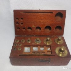 Antigüedades: CAJA DE PESAS DE PRECISION DE 200 A 1 GRAMO. Lote 100631011