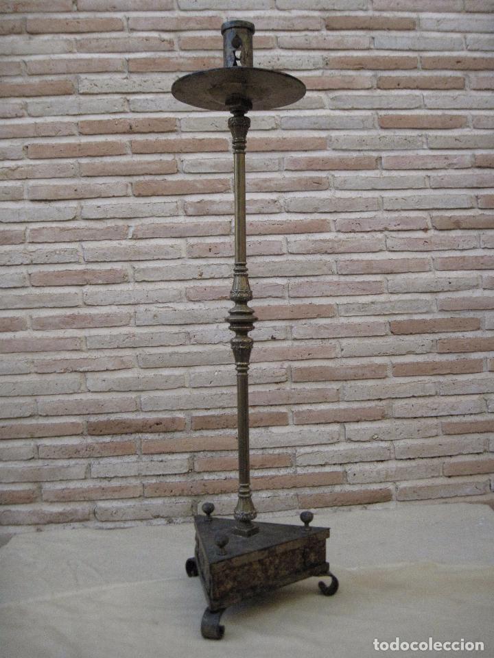 Antigüedades: HACHON ANTIGUO REALIZADO EN HIERRO FORJADO Y BALAUSTRE DE BRONCE. - Foto 2 - 100982951