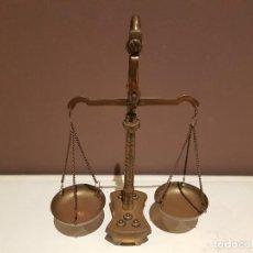 Antigüedades: PEQUEÑA BALANZA DE COLECCION DE BRONCE, COMPLETA CON SUS 5 PESOS, PATINA ORIGINAL.. Lote 101015187