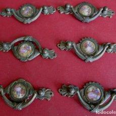 Oggetti Antichi: 6 TIRADORES BROCEN – LATÓN CON AMORCILLOS DE CARAMIDA MEDIDAS 10,8 X 4 CM. . Lote 101015931