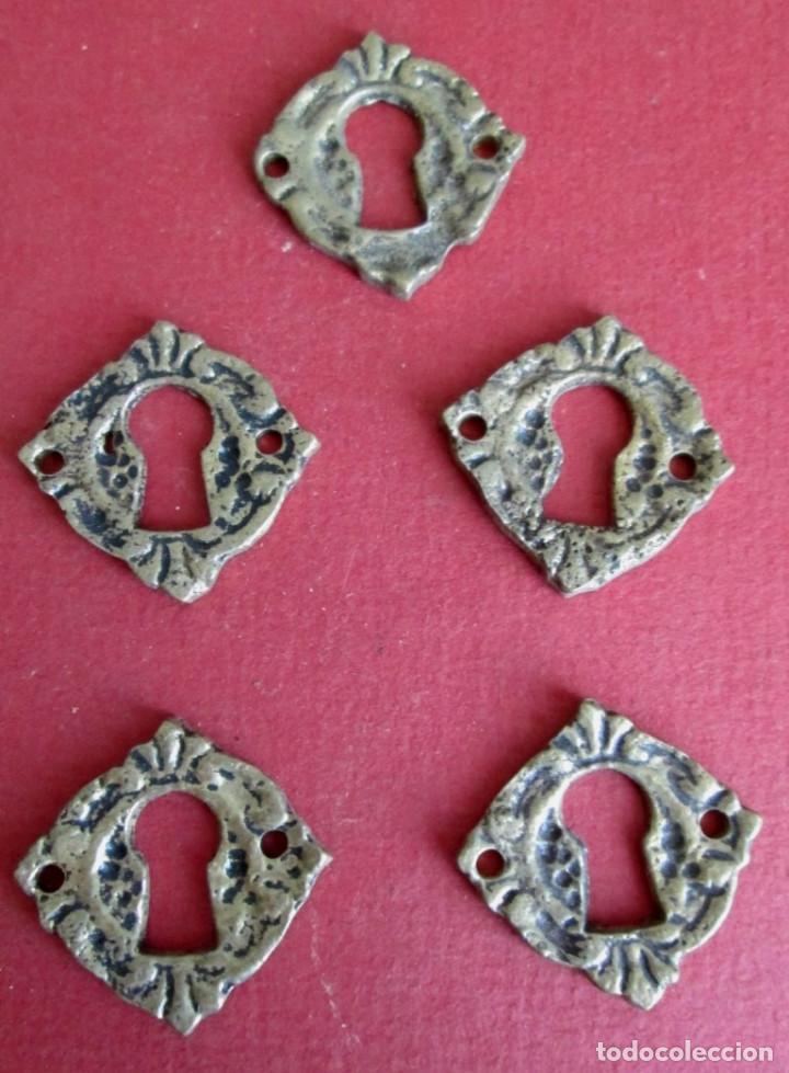 5 BOCA LLAVE BRONCE - LATÓN MEDIDAS 3 X 3 CM. (Antigüedades - Técnicas - Cerrajería y Forja - Tiradores Antiguos)
