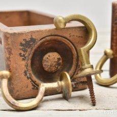 Antigüedades: ELEGANTE GANCHO DE LATON PARA CORTINA - ALZAPAÑOS ANTIGUO VICTORIANO ACABADO EN BOLA Y BASE DE ROSCA. Lote 101089263