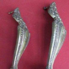 Antigüedades: PAREJA TIRADORES BRONCE – LATÓN MEDIDAS 27,5 X 6 CM. DE ROACA A ROSCA 23 CM.. Lote 101095023