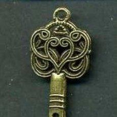 Antigüedades: LLAVE ANTIGUA DE BRONCE - MIDE 4,3 X 1,6 CENTIMETROS Y PESA 2,35 GRAMOS ( CORAZON ) - Nº178. Lote 101124643
