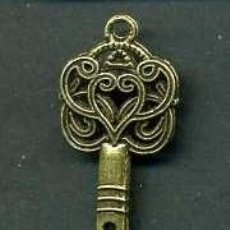 Antigüedades: LLAVE ANTIGUA DE BRONCE - MIDE 4,3 X 1,6 CENTIMETROS Y PESA 2,50 GRAMOS ( CORAZON ) - Nº179. Lote 135836873