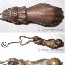 Antigüedades: ALDABA DE BRONCE CON FORMA DE MANO. Lote 101189040