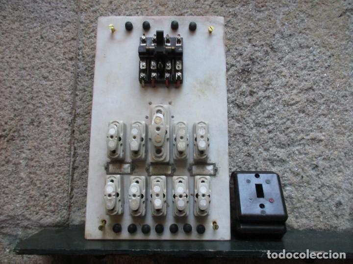 ANTIGUO CUADRO ELECTRICO FABRIL DE PARED EN MARMOL, BAKELITA Y PORCELANA 42*25CM HACIA 1940 + INFO (Antigüedades - Técnicas - Herramientas Profesionales - Electricidad)