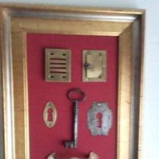 Antigüedades: CUADRO CON HERRAJES ANTIGUOS DE PUERTA DE CALLE, MIDE 58 X 41 CMS.. Lote 101512907