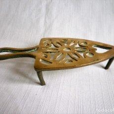 Antigüedades: PARRILLA POSAPLANCHAS DE BRONCE. Lote 102430579