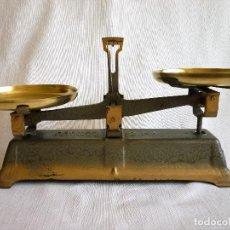 Antigüedades: ANTIGUA BALANZA DE DOS PLATOS DE 2 KG BASCULA. Lote 102482559