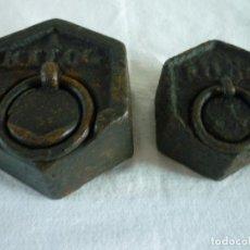 Antigüedades: PESAS DE BALANZA DE HIERRO DE 1KG. Y 1/2 KG.. Lote 102482791