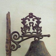 Antigüedades: ANTIGUA CAMPANA LLAMADOR HIERRO ARTESANAL GRANDE. Lote 102577211
