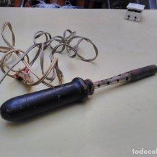 Antigüedades: SOLDADOR DE COBRE CON MANGO DE MADERA - 220V- 55W. Lote 102588363