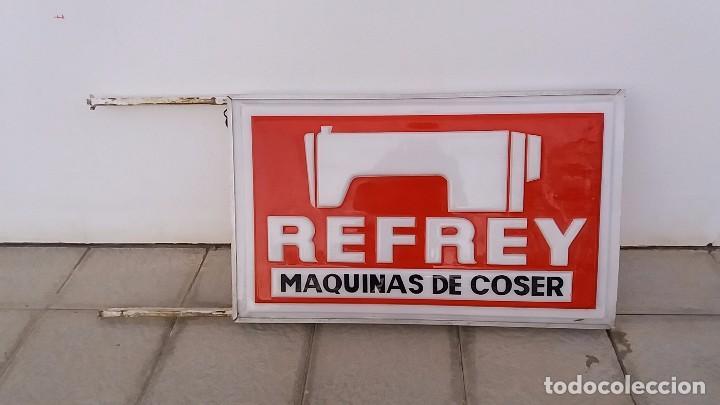 ANTIGUO LETRERO MÁQUINAS DE COSER REFREY CARTEL MÁQUINA ANTIGUA FÁBRICA DE VIGO PONTEVEDRA LUMINOSO (Antigüedades - Técnicas - Máquinas de Coser Antiguas - Refrey)