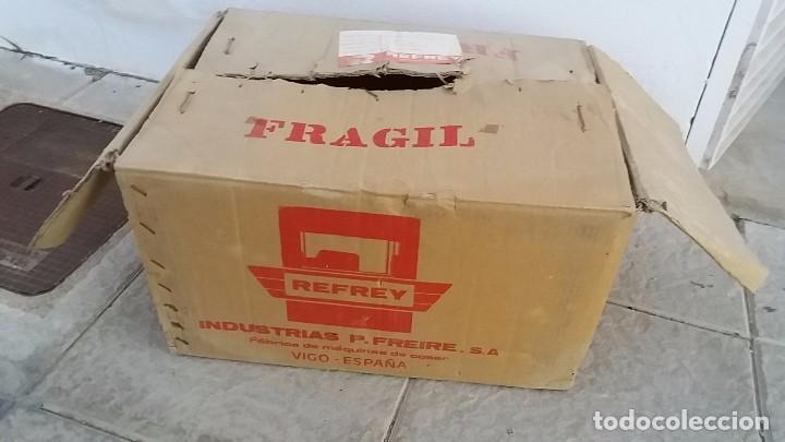 Antigüedades: Antigua caja de cartón para MAQUINA DE COSER REFREY Vigo Pontevedra - Foto 3 - 102799159