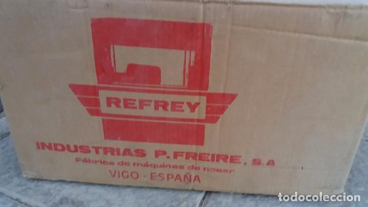 Antigüedades: Antigua caja de cartón para MAQUINA DE COSER REFREY Vigo Pontevedra - Foto 4 - 102799159