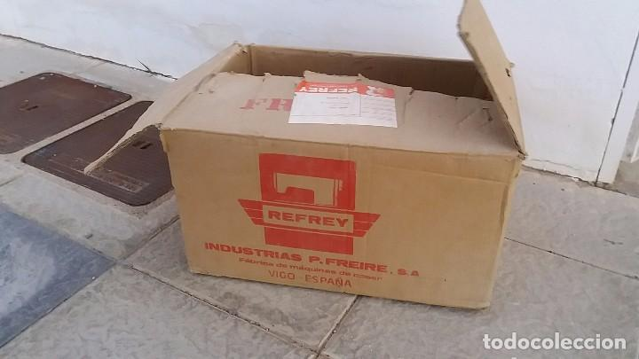 Antigüedades: Antigua caja de cartón para MAQUINA DE COSER REFREY Vigo Pontevedra - Foto 5 - 102799159