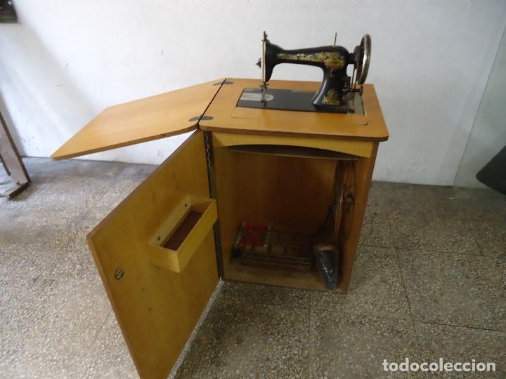 MAQUINA DE COSER SINGER CON MUEBLE MODIFICADO,SIN PATAS DE HIERRO. (Antigüedades - Técnicas - Máquinas de Coser Antiguas - Singer)