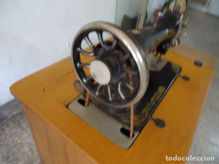 Antigüedades: Maquina de coser Singer con mueble modificado,sin patas de hierro. - Foto 4 - 102943115
