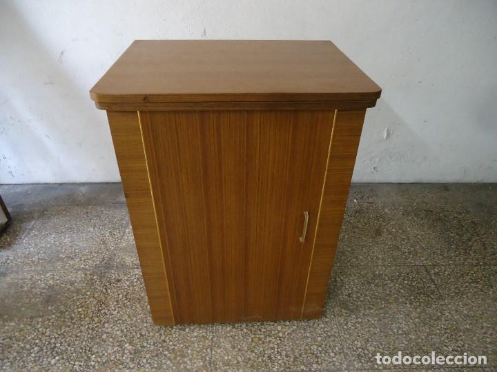 Antigüedades: Maquina de coser Singer con mueble modificado,sin patas de hierro. - Foto 8 - 102943115