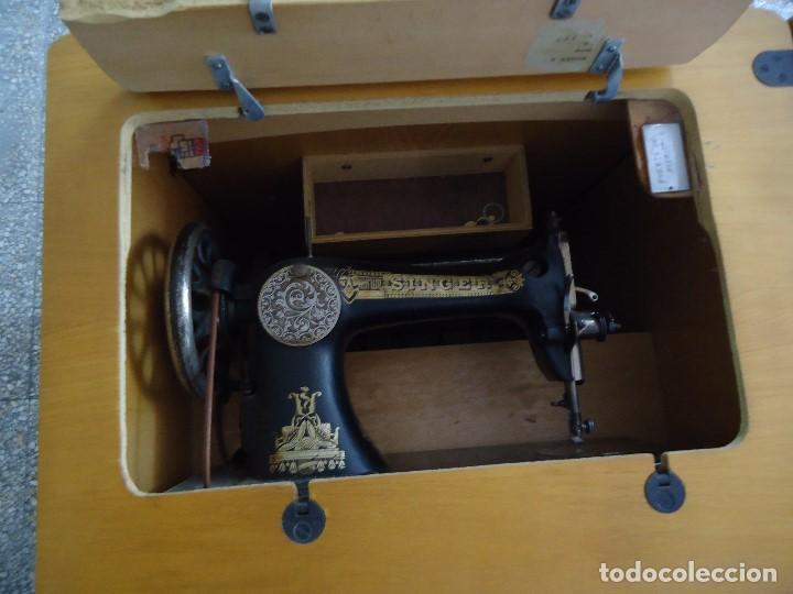 Antigüedades: Maquina de coser Singer con mueble modificado,sin patas de hierro. - Foto 10 - 102943115