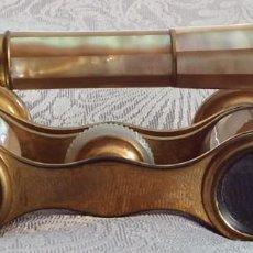 Antigüedades: PRISMÁTICOS BINOCULARES ANTIGUOS DE TEATRO EN NÁCAR CON MANGO. Lote 103130307