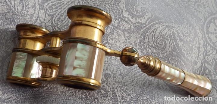 Antigüedades: PRISMÁTICOS BINOCULARES ANTIGUOS DE TEATRO EN NÁCAR CON MANGO - Foto 5 - 103130307