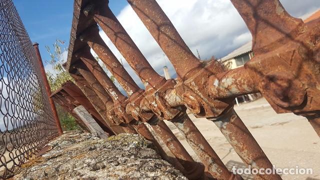 Antigüedades: Gran reja de forja de 1800 con adorno de botones. - Foto 2 - 103327319