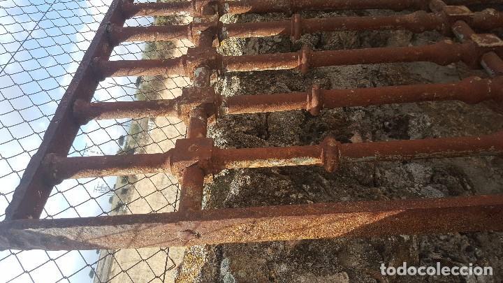 Antigüedades: Gran reja de forja de 1800 con adorno de botones. - Foto 3 - 103327319