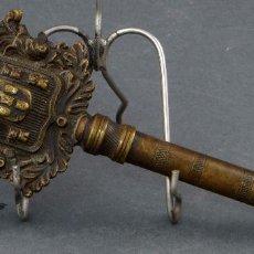 Antigüedades: LLAVE BRONCE DORADO CON CORONA Y ESCUDO CASTELLANO SIGLO XIX. Lote 103365187