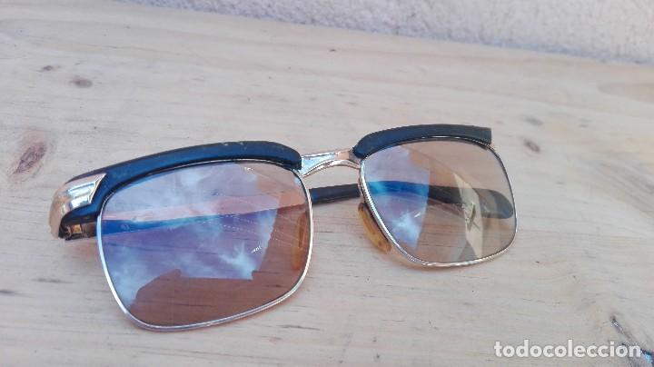 GAFAS CON MONTURA BAÑADA EN ORO LENTE IZQUIERDA BIFOCAL Y CRISTAL OSCURECE CON SOL (Antigüedades - Técnicas - Instrumentos Ópticos - Gafas Antiguas)