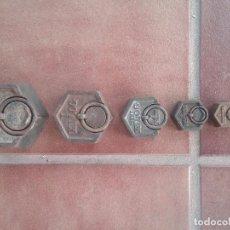 Antigüedades: COMPLETO LOTE DE PESAS HEXAGONALES PARA BALANZA 2KG,1KG,0.5KG,0.2KG,0.1KG,0.05KG SELLADAS. Lote 103602023