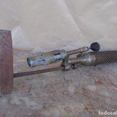 Antigüedades: SOPLETE ANTIGUO HORIZONTAL DE GASOLINA. CON MARTILLO DE COBRE. MUY LARGO 55 CMS. Lote 103660983