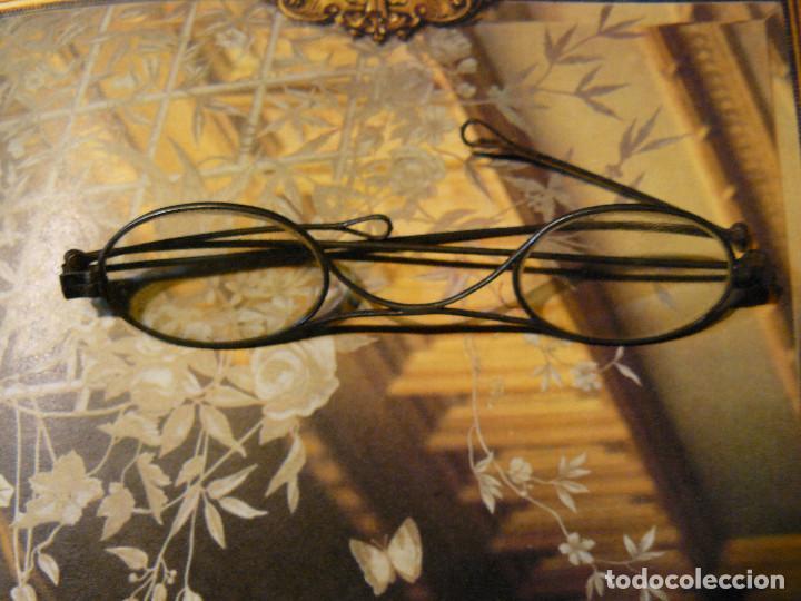 GAFAS MUY ANTIGUAS DE PATILLAS PLEGABLES, DOS ARTICULACIONES - ESTUCHE ORIGINAL DE HOJALATA (Antigüedades - Técnicas - Instrumentos Ópticos - Gafas Antiguas)