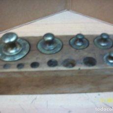 Antigüedades: ANTIGUO TACO CON 5 PESAS DE BRONCE-. Lote 103943951