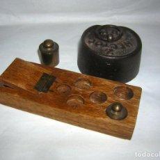 Antigüedades: PESAS PEQUEÑAS Y CAJA DE BASCULA PARA CONTENER PEQUEÑAS. Lote 103994387