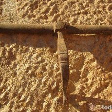 Antigüedades: ANTIGUO PESTILLO PASADOR, CIERRE DE PUERTA HIERRO FORJADO. Lote 104005635