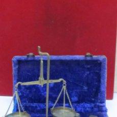 Antigüedades: BALANZA ANTIGUA Y PESAS EN SU CAJA. Lote 104053187