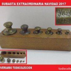Antigüedades: MUY RARO JUEGO COMPLETO DE PESAS EN BRONCE CAJA DE MADERA ANTIGUO 100% ORIGINAL. (1,300 KG, 0,700 KG. Lote 104091439