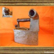 Antigüedades: ANTIGUA PLANCHA DE CARBÓN CON CHIMENEA EN FUNDICIÓN 2,800 KGRS.. Lote 104315307