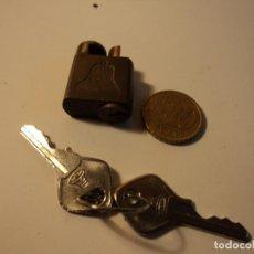 Antigüedades: PEQUEÑO CANDADO DE 2,5 X 2 CM. CON DIBUJO DE CAMPANA Y DOS LLAVES.BLOQUEO DE TELEFONO. Lote 104341143
