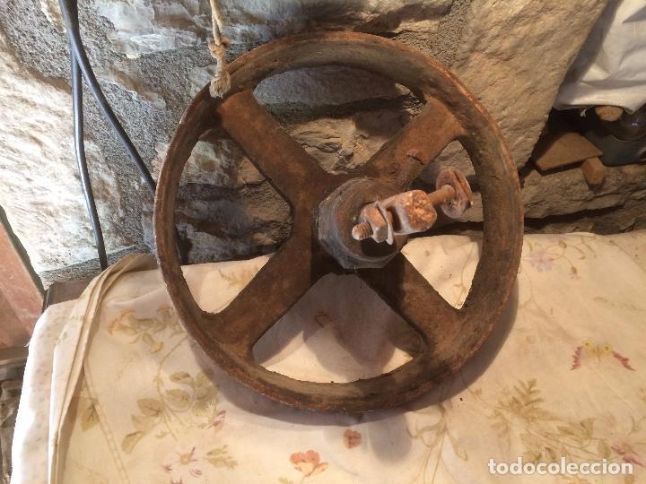 Antigüedades: Antigua rueda / rueca de hierro fundido de maquina textil de los años 20-30 - Foto 7 - 104560263