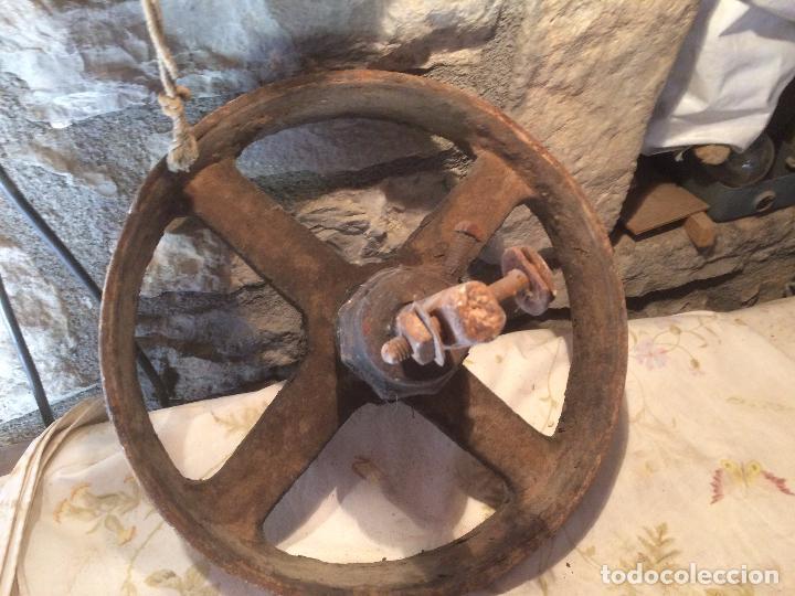 Antigüedades: Antigua rueda / rueca de hierro fundido de maquina textil de los años 20-30 - Foto 12 - 104560263