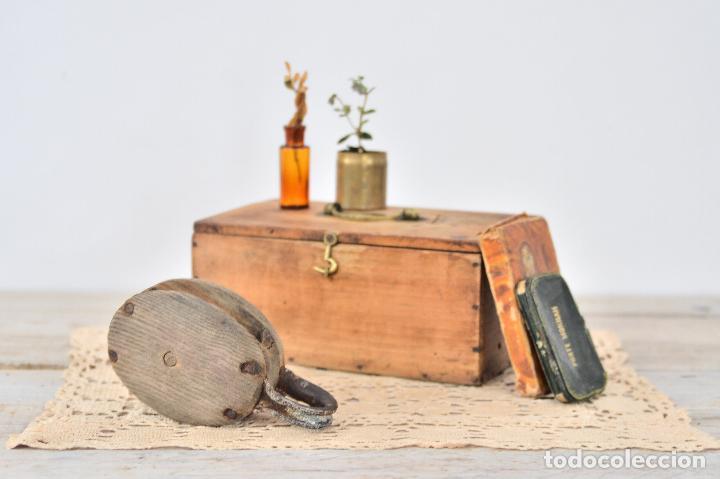 Antigüedades: ANTIGUA POLEA DE BARCO CON RUEDA DE HIERRO - PASTECA O ROLDANA GARRUCHA DE MADERA Y ANILLA - Foto 6 - 107676402