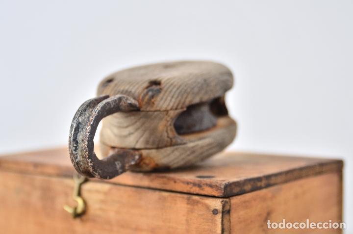 Antigüedades: ANTIGUA POLEA DE BARCO CON RUEDA DE HIERRO - PASTECA O ROLDANA GARRUCHA DE MADERA Y ANILLA - Foto 2 - 107676402