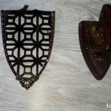 Antigüedades: PLANCHA DE HIERRO Y SU BASE. Lote 104638259